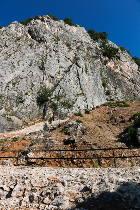 Pečina nad jamo